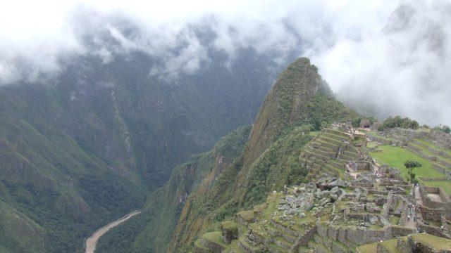 アンデス山脈と山道